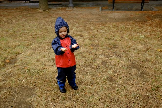 MyMayu Child catching rain palms Abeko Rain clothes Rain gear