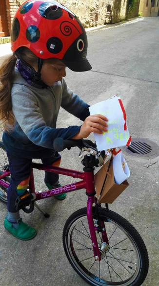 Child Deliver mail to neighbors on a bike Islabikes Cnoc 16