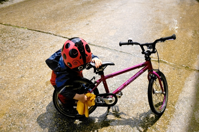 CHILD'S PEDAL BIKE MAINTENANCE Wiping down bike after rain Islabikes Cnoc 16